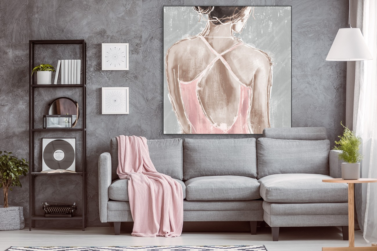 Geschilderde vrouw in een roze pakje van Cynthia Alvarez met als titel Out in pink I op textieldoek