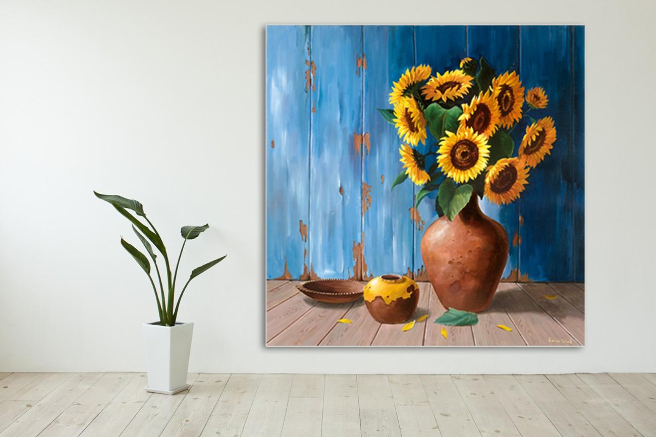 Prachtige zonnebloemen in een vaas van Karin v.d. Valk met als titel Aged wood and sunflowers op textieldoek.