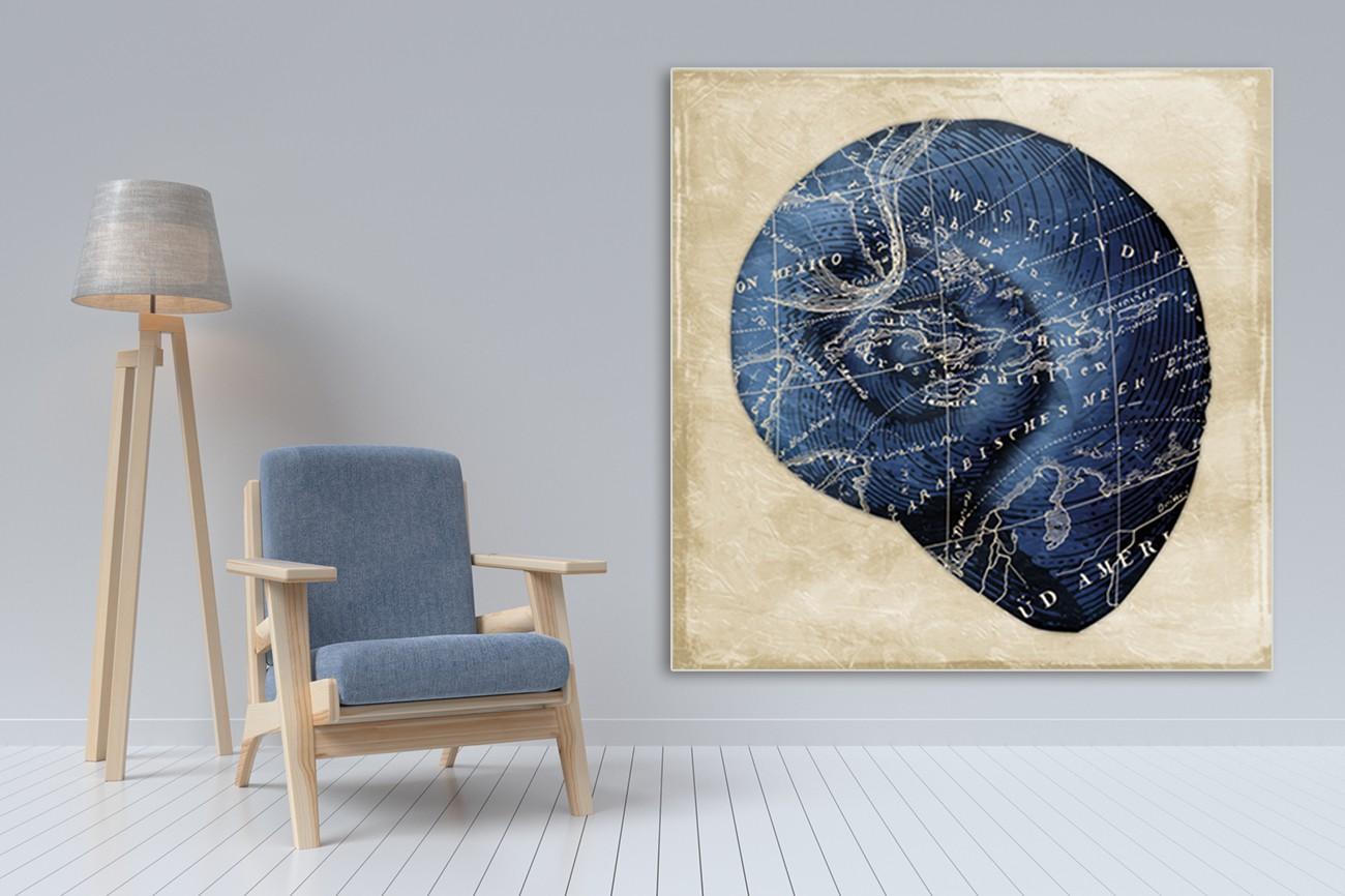 Donker blauwe ronde schelp met lichte achtergrond van Jace Grey met als titel Map indigo shell I op textieldoek.